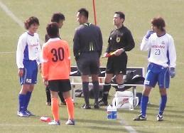 試合後、山岸と話す陽介、をちょっと離れて見ている田代。遅刻してきた主審は家本さん?